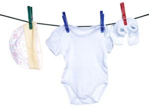 Babykleidung auf einer Wäscheleine